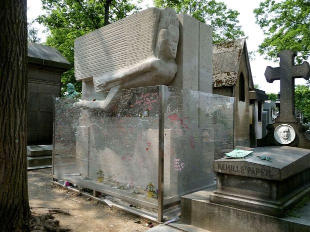 1024px-tomb_of_oscar_wilde_pere_lachaise_cemetery_paris_france