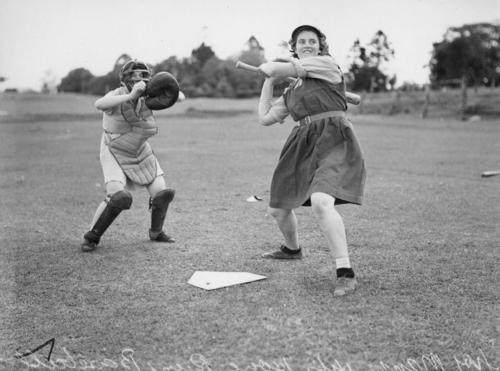 Two_girls_playing_baseball_Brisbane_1940.jpeg